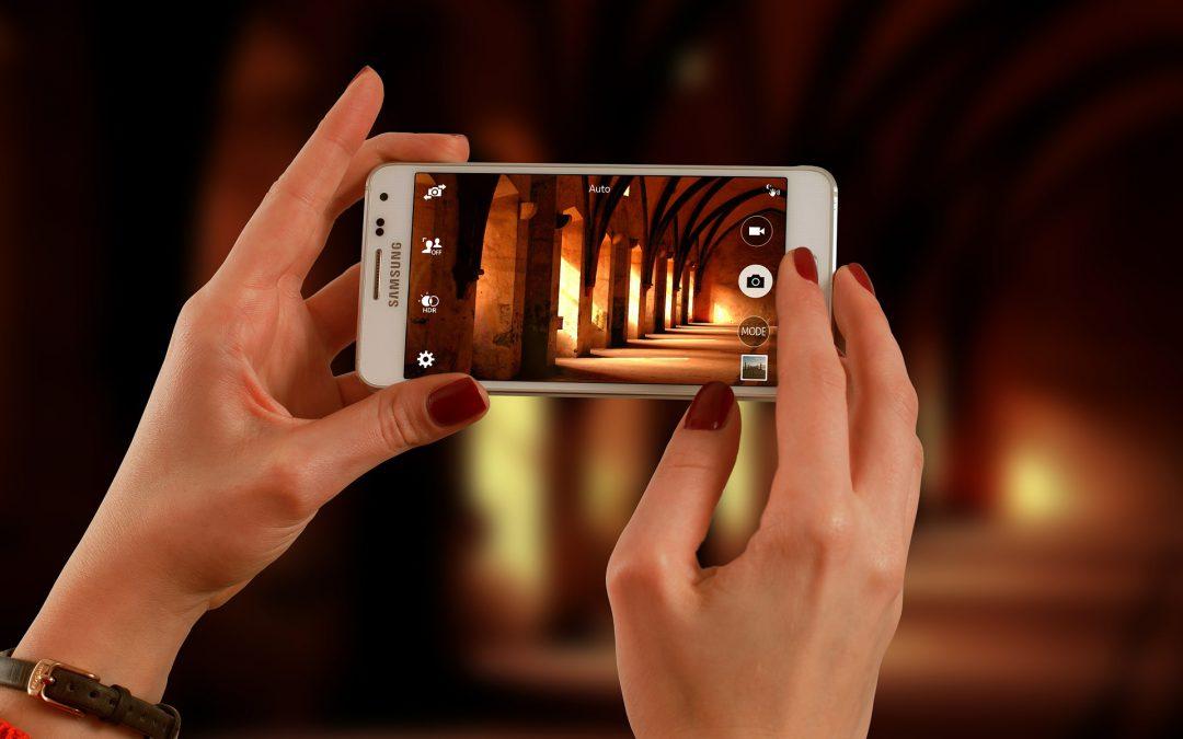 Reklamy smartfonów – wojna marketingowa z manipulacją w tle